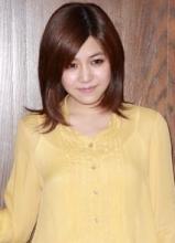 陈妍希一袭黄裙甜美亮相 笑容温婉气质优雅