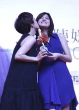 陈妍希台北签唱会 与郭采洁喝交杯酒