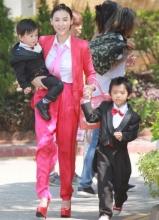 张柏芝携儿子喜气红套装参加弟弟婚礼