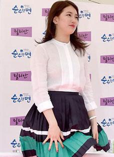 邓紫棋丝质短裙拍广告 造型清新动人