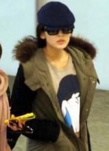 娜扎黑超遮面现身机场 着唐老鸭潮衫显娇俏