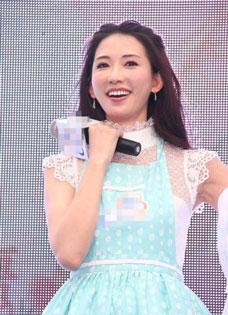 林志玲白裙现身癌症防治活动 举手投足甜美小女人