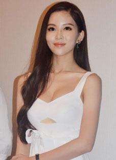 温心出席活动性感白裙惹眼 极力澄清与绯闻男友黄晓明关系