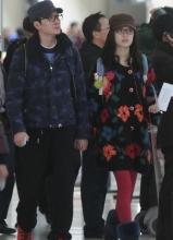冯绍峰倪妮现身机场 十指紧秀恩爱