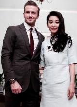 李冰冰陪贝克汉姆造访大使馆 与小贝合影显兴奋