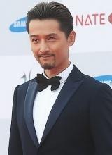 胡歌亮相韩国颁奖礼 英气逼人引瞩目