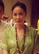 王菲素雅绿裙远赴印度 带佛珠虔诚拜佛