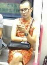 地铁惊现女版文章 神态相似遭文章调侃