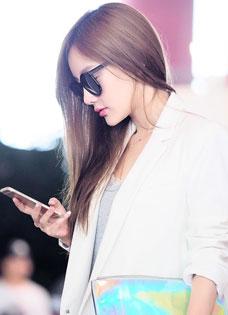 李小璐机场干练出行 帅气演绎时尚辣妈