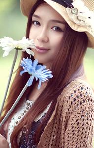 草帽少女手拿鲜花 画面清纯唯美