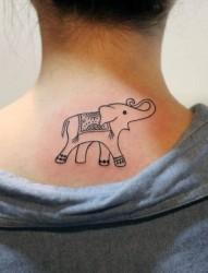 女生颈部大象纹身图案
