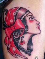 大腿上戴头巾的女孩纹身