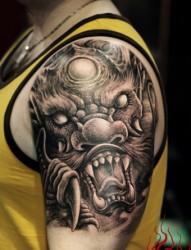手臂霸气的龙头纹身