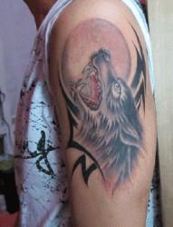 胳膊霸气的狼头纹身