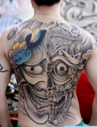 男性后背很酷的满背一半般若一半嘎巴拉纹身图片