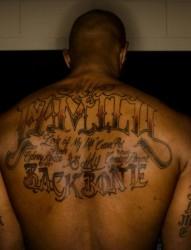 jr史密斯背部字母纹身图