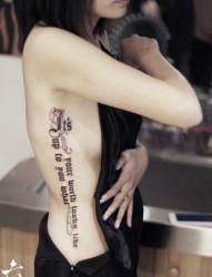 美女侧腰流行精美的哥特字母纹身图片