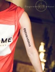 手臂个性哥特字母纹身