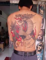 个性的神兽满背麒麟纹身