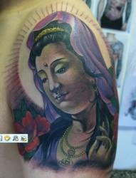 男士大臂上的彩色观音人物头像纹身图案