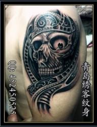 男士手臂上的恶魔翅膀纹身图案