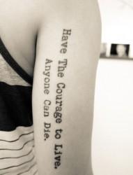 手臂小小的一串英文纹身