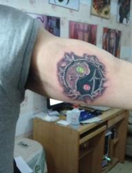 手臂上的八卦纹身