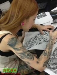 身材很好的美女纹身师meinvwenshenshi