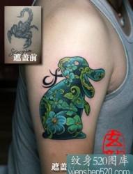 左手臂上黑色蜈蚣纹身图案