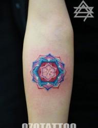 小臂上一幅漂亮几何形花纹身图片