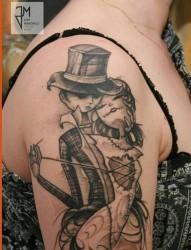 手臂的恋人相拥的个性纹身图案