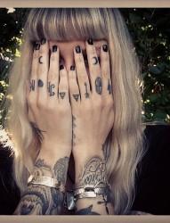 女性手指和手臂上的个性纹身