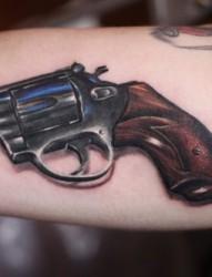 手臂上一款帅气的手枪纹身