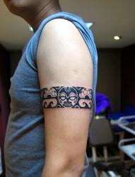 简单炫酷的图腾臂环纹身