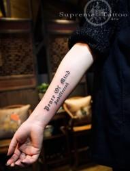女生哥特字手臂纹身