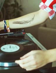 小臂个性唯美的羽毛纹身