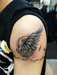 个性漂亮的翅膀纹身