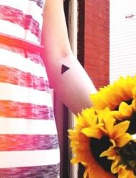 女生手臂上好看漂亮的三角形纹身图案