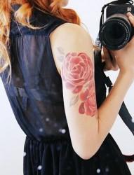 漂亮的花朵女生手臂纹身