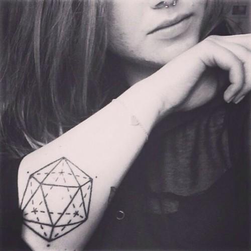 点击大图看下一张:手臂上唯美的小清新纹身