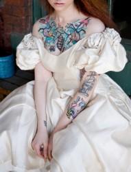 穿婚纱的纹身女孩
