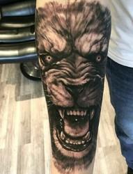 手臂上威猛霸气的唐狮纹身