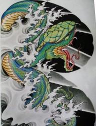 推薦一幅傳統紋身圖片之潮流超酷的半甲蛇浪花紋身手稿圖片