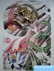 半胛纹身图片:一幅做半胛的嘎巴拉莲花蛇纹身图片