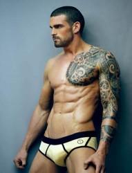 歐美男士帥氣的半甲圖騰花臂刺青