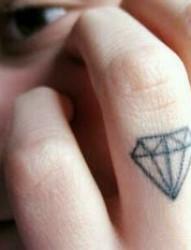 手指上小小的钻石图腾纹身