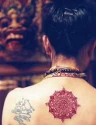 女性时尚的后背图腾刺青