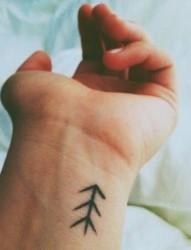 手腕上漂亮的小小纹身