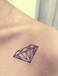 肩部漂亮的小清新钻石图腾纹身