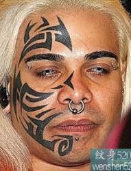 帶鼻環男子右臉上的紋身圖騰欣賞